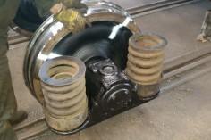 Przygotowania do nasadzania zestawów kołowych pod wagon (foto Piotr Mróz)