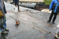 Naprawa dachu z wymianą desek (foto Piotr Mróz)