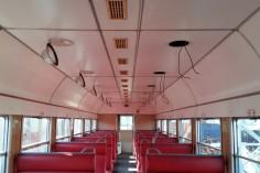 Całkowicie nowa instalacja, czyli przeciąganie kabli wzdłuż wagonu (foto Piotr Mróz)