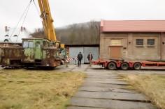 Trwa akcja załadunku lokomotywy (foto Krzysztof Jakubina)