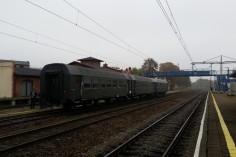 Wagony czekają na parowóz (foto Piotr Mróz)