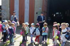 Ireneusz Nawrot witający przybyłych gości z Przedszkola nr 28 z Zabrza