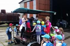 Oblegana drezyna przez przedszkolaków