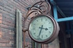 Zegar stacyjny zewnętrzny na stacji w Paczkowie (foto Piotr Mróz)