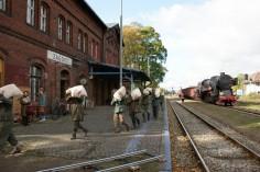 Transport mąki przez jeńców niemieckich (foto Piotr Mróz)