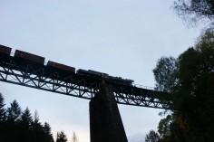 Ty42-24 wraz ze składem na wiadukcie w kierunku Ścinawki Średniej (foto Piotr Mróz)