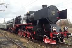Pociąg Ty42-24 wraz z wagonami na terenie stacji Mysłowice (foto Piotr Mróz)