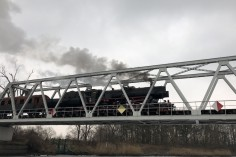 Ty42-24 na moście wjeżdżający na stację Dzierżno (foto Piotr Mróz)