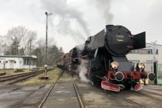 Ty42-24 wraz z wagonami na stacji Dzierżno (foto Piotr Mróz)