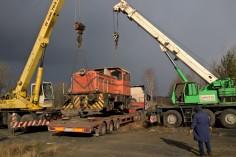 Powolne opuszczanie lokomotywy na platformę