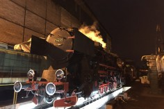 Ty42-24 w nocy oczekujący na noc muzeów (Foto: Piotr Mróz)