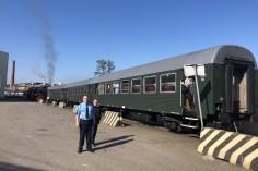 Nasz kierownik pociągu i Krzysiu nasz elektryk, dziękujęmy Krzysiu (foto Piotr Mróz)