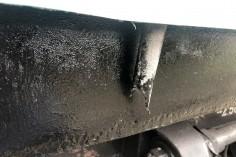 Widok starej sączki okiennej po zakonserwowaniu ostoi wagonu