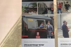 """Baner Stowarzyszenia """"Stacja Chrzanów"""" z naszym parowozem i wagonami"""