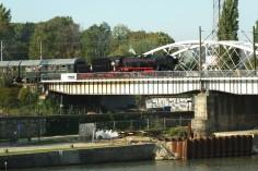 Ty42-24 wraz ze składem wjeżdżający na most. Fot. Wojciech Nowak
